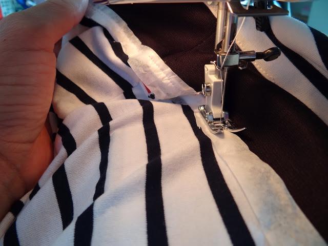 Coser tela de camiseta con papel de seda