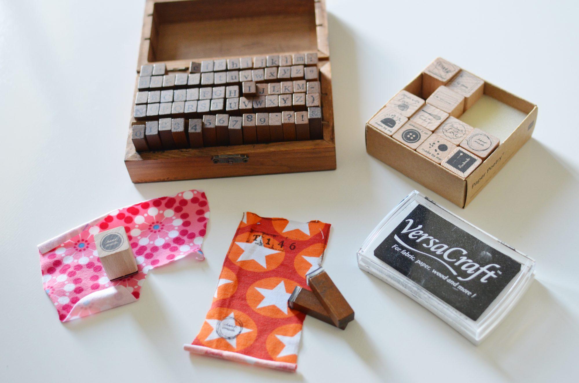 Marcar la talla de prendas con sellos y tinta textil